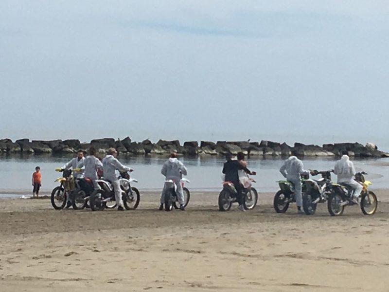 Gli sposi arrivano in spiaggia col trattore e scappano in - Bagno cayo loco lido di classe ...