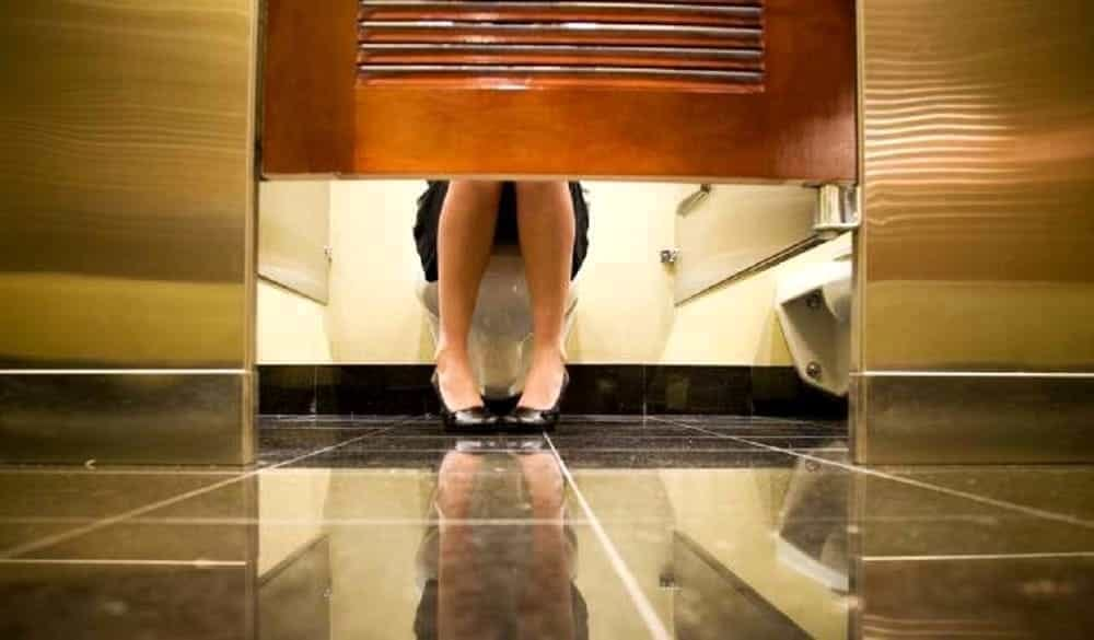 Tenta di filmare l 39 amica nel bagno a scuola poi si inventa una storia di droga romagnauno - Telecamera nascosta nel bagno delle donne ...